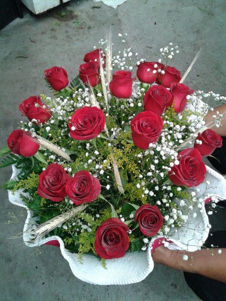 buque com 12 rosas