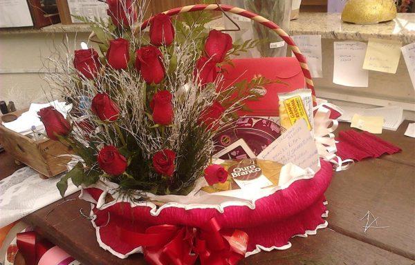 Cesta de rosas e chocolates