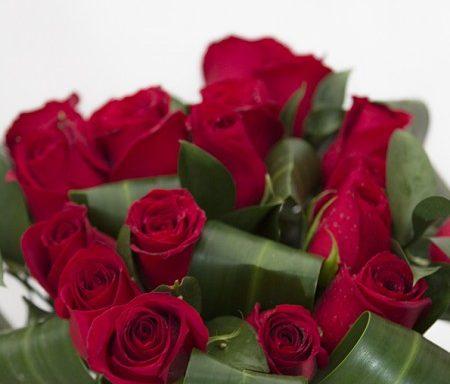 Buquê romano com 20 rosas vermelhas