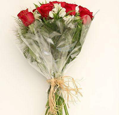 Buquê com 12 rosas e astromélias