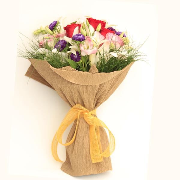 Buquê com rosas, lisianthus e lirio