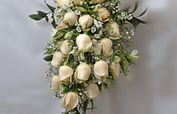 Buquê de noiva cascata/ com rosas