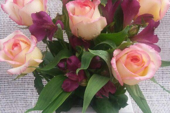 Arranjo com 6 rosas e astromélias